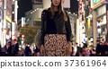 外國婦女觀光的東京在晚上 37361964
