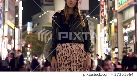 Foreign women sightseeing Tokyo at night 37361964