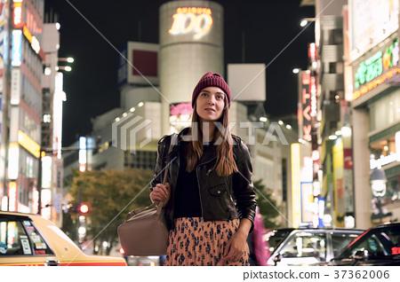 外国妇女观光的东京在晚上 37362006