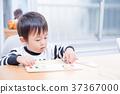 เด็กวัยหัดเดินเล่นกับปริศนาธงชาติที่โต๊ะอาหาร 37367000