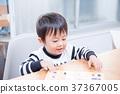 เด็กวัยหัดเดินเล่นกับปริศนาธงชาติที่โต๊ะอาหาร 37367005