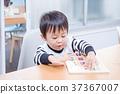 เด็กวัยหัดเดินเล่นกับปริศนาธงชาติที่โต๊ะอาหาร 37367007