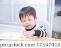เด็กวัยหัดเดินเล่นกับปริศนาธงชาติที่โต๊ะอาหาร 37367010