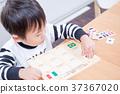 เด็กวัยหัดเดินเล่นกับปริศนาธงชาติที่โต๊ะอาหาร 37367020