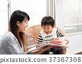 그림책을 읽는 유아와 여성 37367308