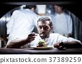 廚師在廚房裡做飯 37389259