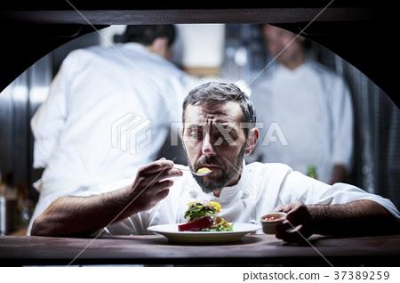 厨师在厨房里做饭 37389259