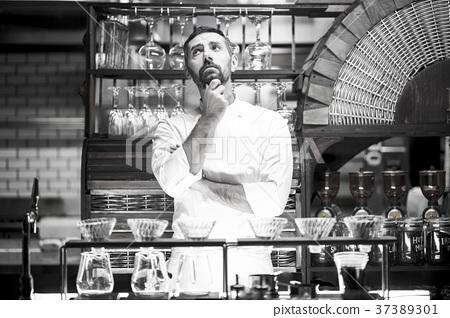 站立在餐馆的厨师 37389301
