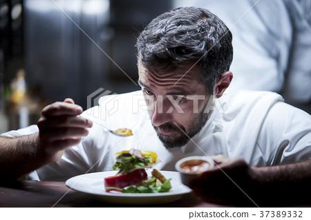 厨师在厨房里做饭 37389332