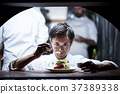 廚師在廚房裡做飯 37389338