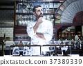 站立在餐馆的厨师 37389339