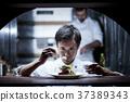 厨师在厨房里做饭 37389343