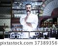 站立在餐馆的厨师 37389356