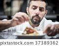 厨师在厨房里做饭 37389362