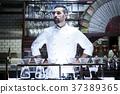 站立在餐館的廚師 37389365