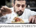 厨师在厨房里做饭 37389379