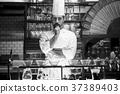 站立在餐館的廚師 37389403