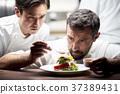 厨师在厨房里做饭 37389431