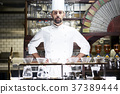 站立在餐館的廚師 37389444