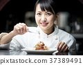 厨师在厨房里做饭 37389491