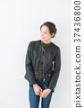 가죽 재킷을 입은 여성 37436800