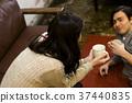 一對年輕夫婦談話 37440835