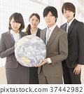 지구 공을 가지고 미소 사업가와 비즈니스 우먼 37442982