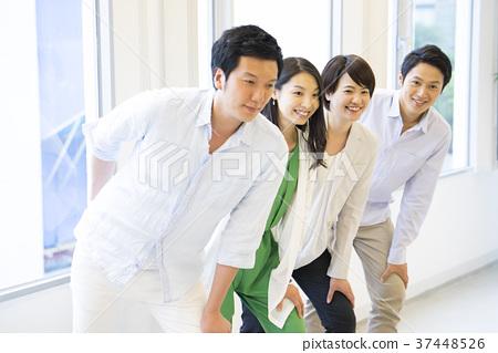 단체 사진에서 포즈를 취하는 남녀 4 명 37448526