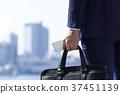 비즈니스 가방을 들고 사업가 37451139