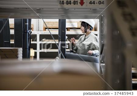 操作鏟車的年輕女性操作員 37485943