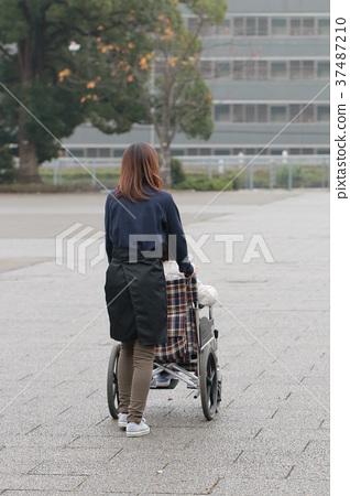 一位老人和坐輪椅的看護者 37487210