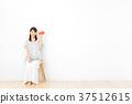 一個年輕成年女性 女生 女孩 37512615