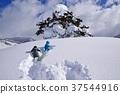 스키장에서 썰매 놀이를하는 아이들 37544916