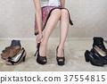 选择鞋子的妇女 37554815