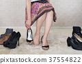 选择鞋子的妇女 37554822