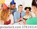 team greeting colleague at office birthday party 37614314