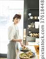 在咖啡館工作的婦女食品業務 37618448