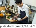 카페에서 일하는 남성 후드 비즈니스 37618471