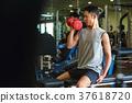 체육관에서 운동하는 남성 37618720