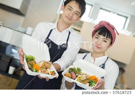 賣午餐盒食物事務的已婚夫婦 37618725