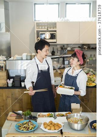 賣午餐盒食物事務的已婚夫婦 37618739