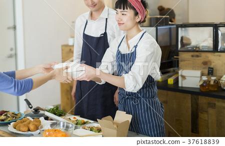 賣午餐盒食物事務的已婚夫婦 37618839