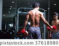 在健身房鍛煉的人 37618980