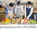 在咖啡館工作的男人和婦女食物事務 37619095