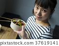 在咖啡館工作的婦女食品業務 37619141