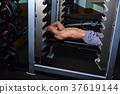 在健身房鍛煉的人 37619144