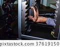 在健身房鍛煉的人 37619150