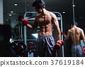 在健身房鍛煉的人 37619184