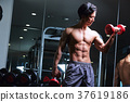 在健身房锻炼的人 37619186
