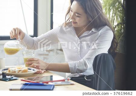 職業女性吃早餐 37619662